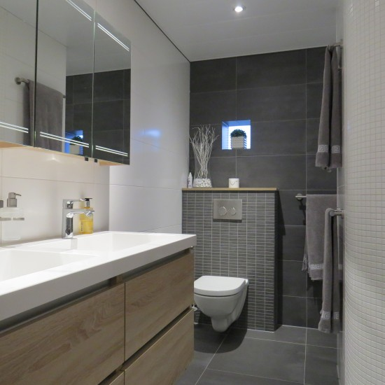 Opgeleverde badkamers m o techniek - Moderne badkamer betegelde vloer ...