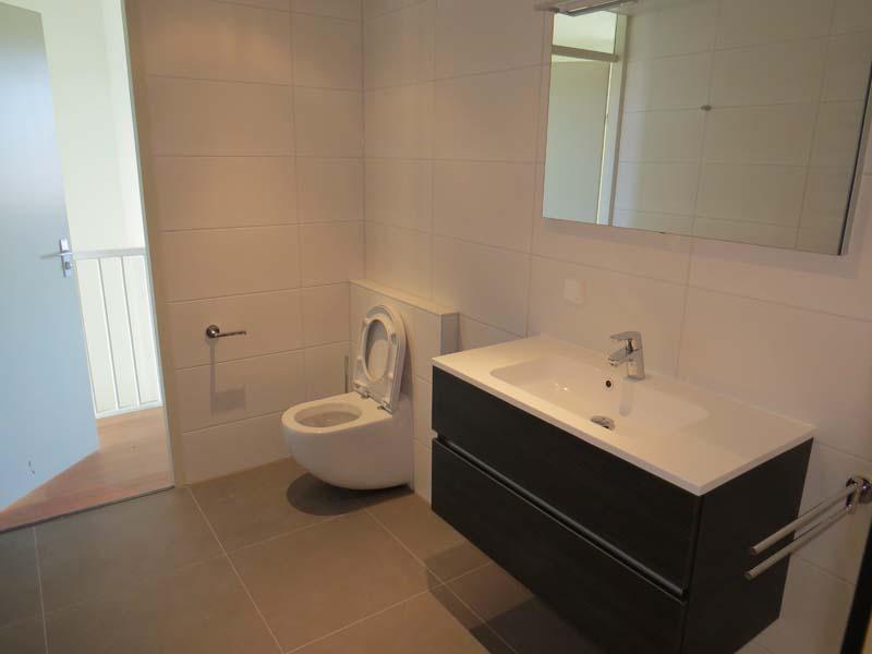 Compleet vernieuwde badkamer m o techniek - Outs badkamer m ...