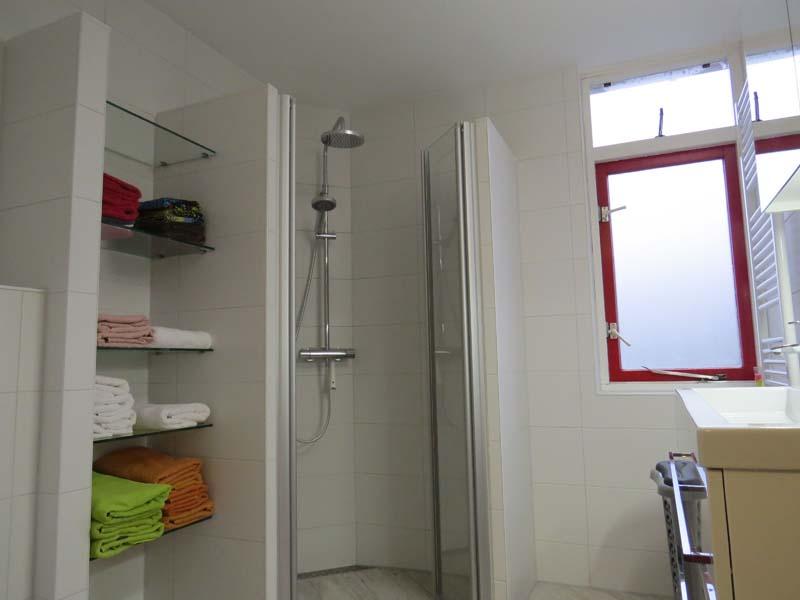 Complete badkamer in kleine ruimte m o techniek - Outs badkamer m ...