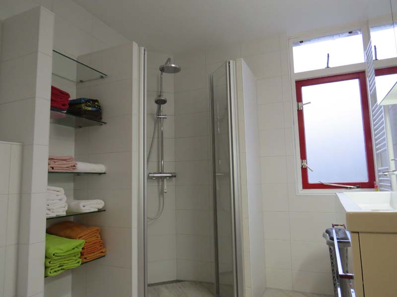 Complete badkamer in kleine ruimte m o techniek - Kleine badkamer m ...