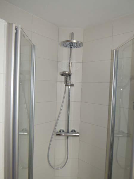 Complete badkamer in kleine ruimte m o techniek - Badkamer klein gebied m ...