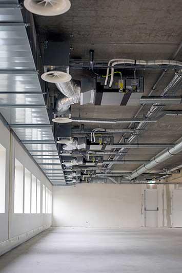 Installateur gasloos maken hotel, aanbrengen koeling.